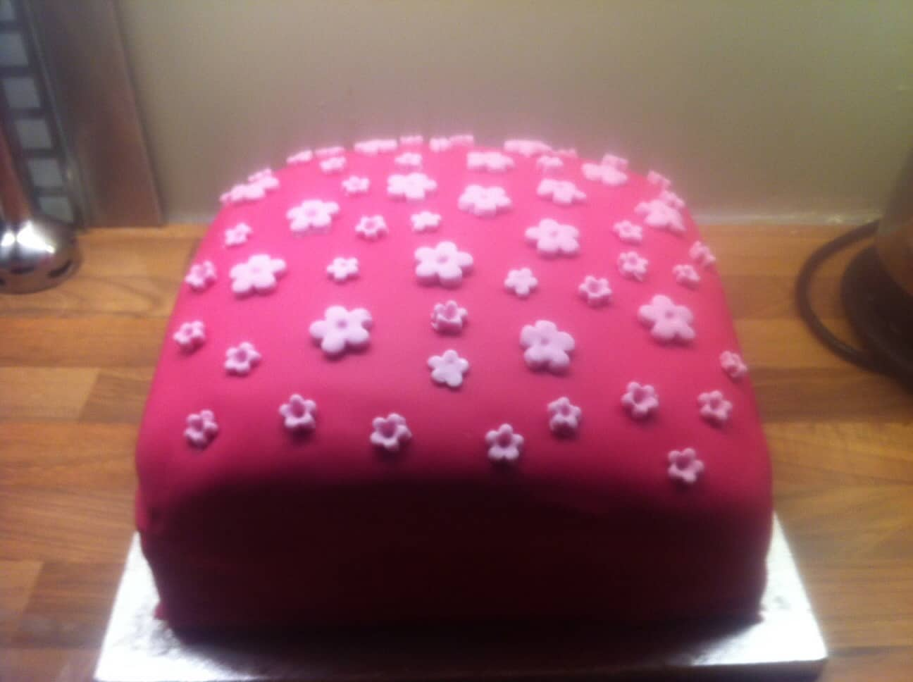 Fifth birthday cake – pink fondant icing with daisies