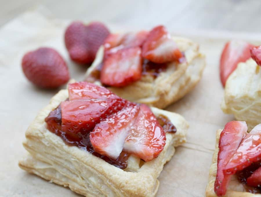 Easy strawberry tarts from bakingqueen74.co.uk