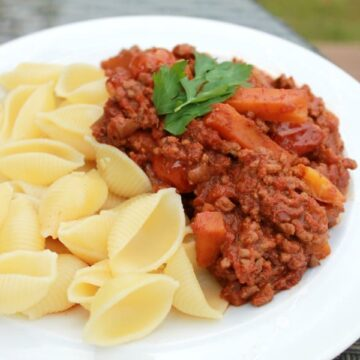 Slow cooker bolognese sauce - a simple and delicious crockpot recipe for the whole family