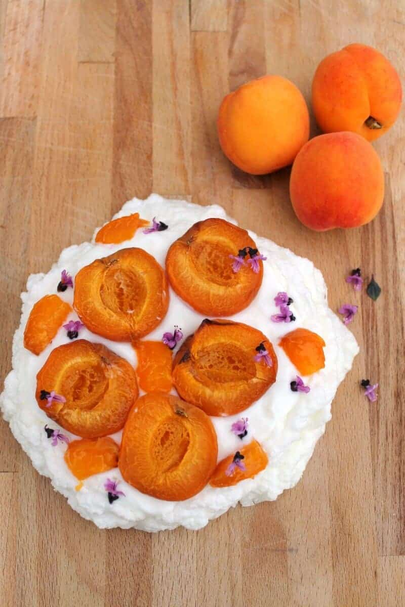 Sugar-free Pavlova with roasted apricots